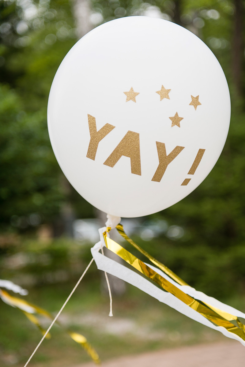 Ein Luftballon mit der Aufschrift YAY als Dekoration einer Hochzeit.