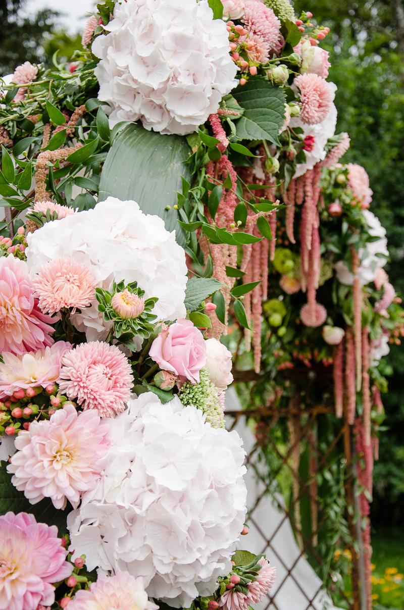 Stilvoller Blumenschmuck einer Hochzeit.