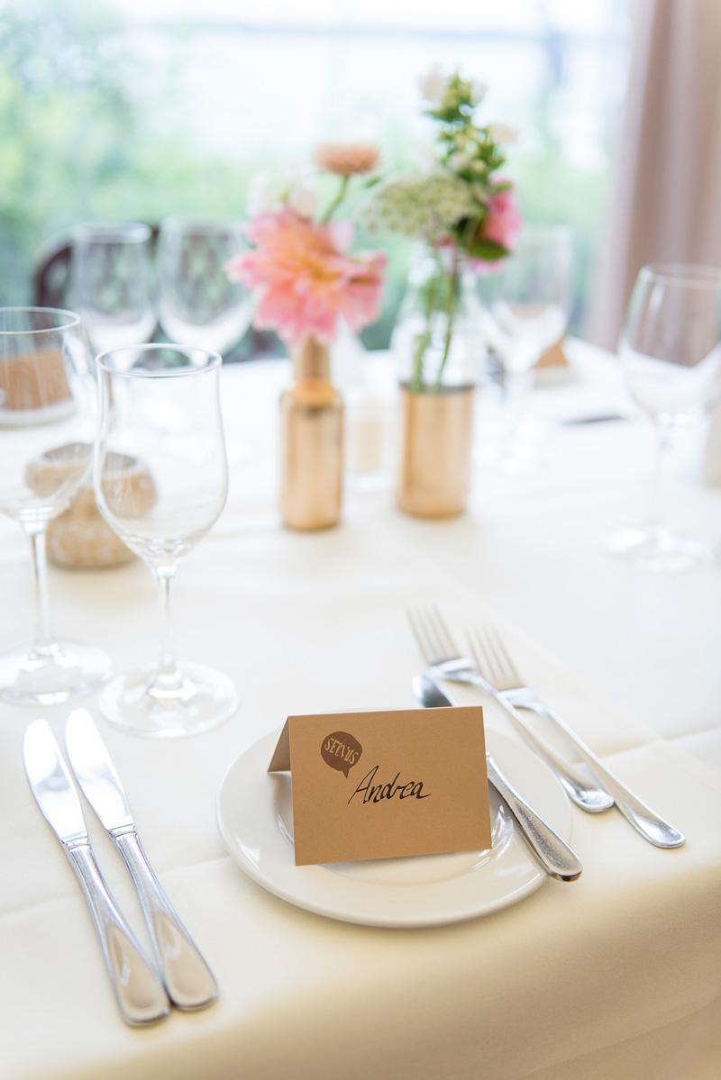 Namensschild und weitere Details einer gedecken Hochzeitstafel.