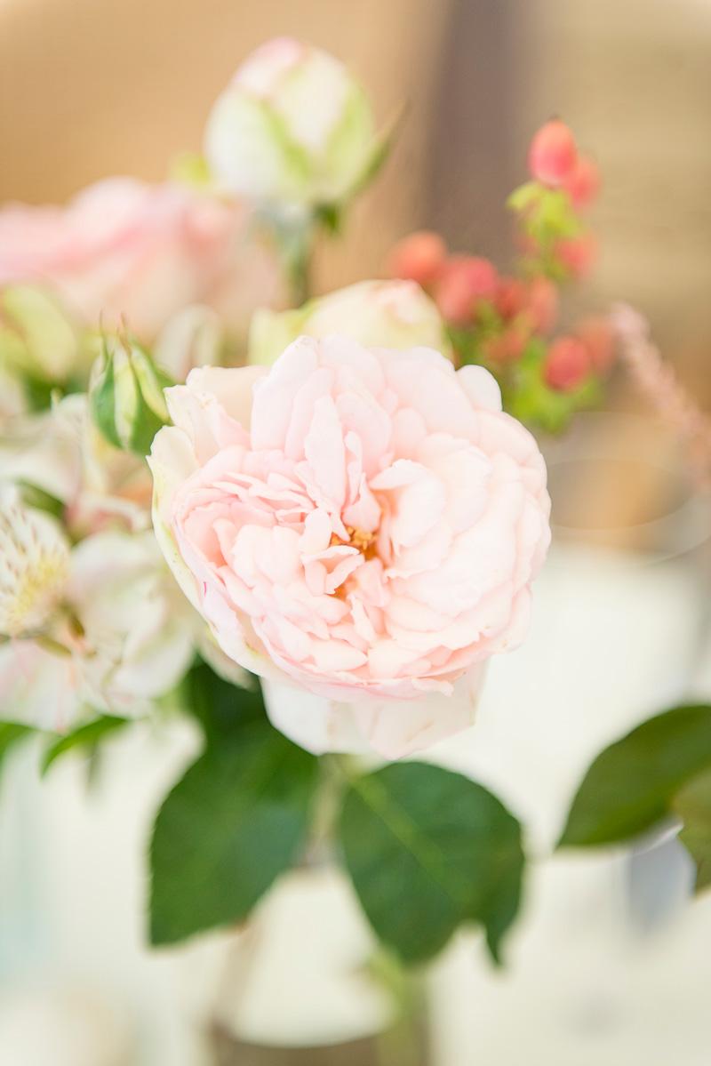 Eine Vase mit Blumen auf einem Tisch der Hochzeitsfeier.