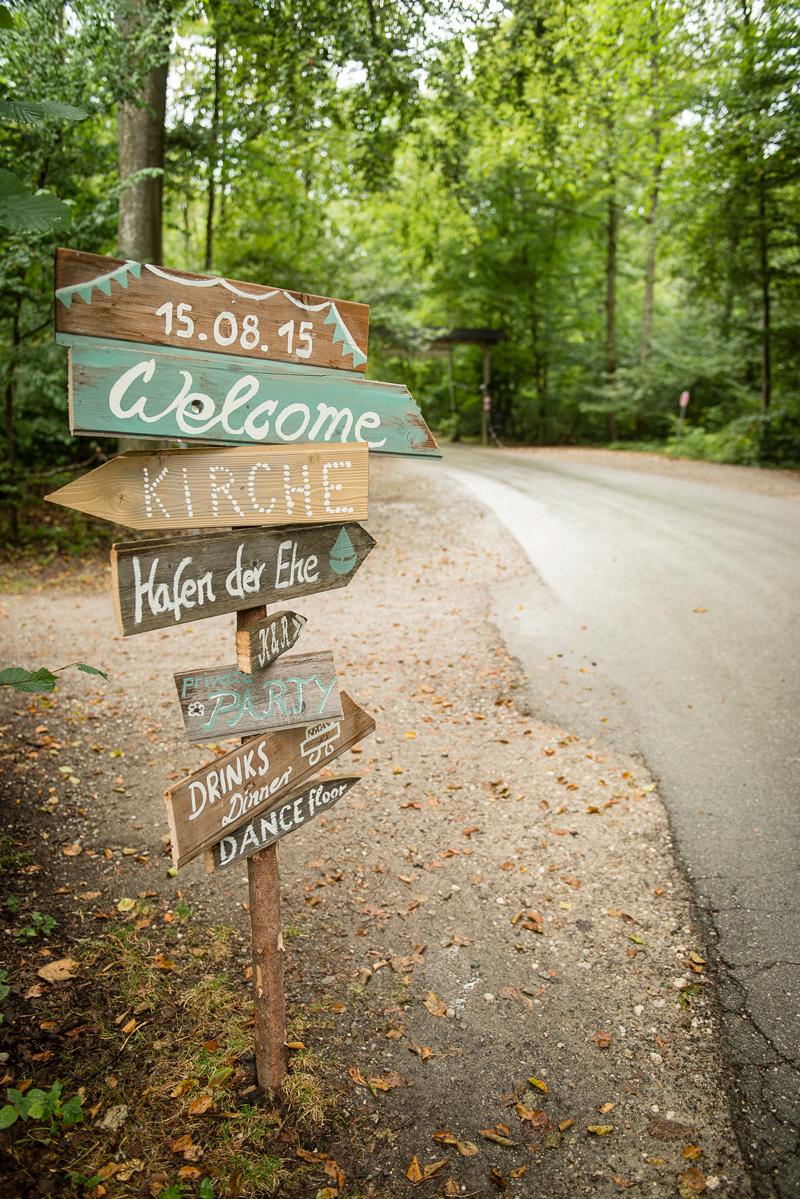 Holzschilder, die den Hochzeitsgästen den Weg weisen.