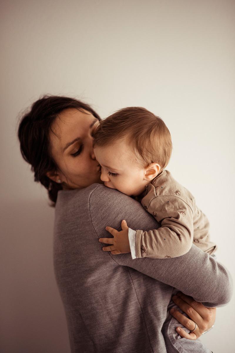 Kleiner Junge in enger Umarmung seiner Mama.