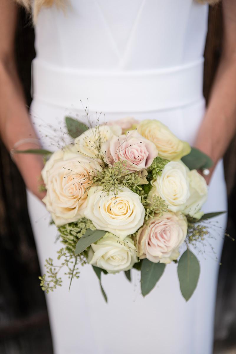 Stilvoll pastellfarbiger Hochzeitsblumenstrauß.