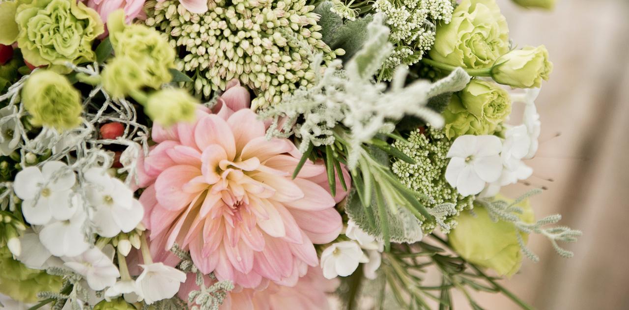 Nahaufnahme eines Hochzeitsblumenstraußes.