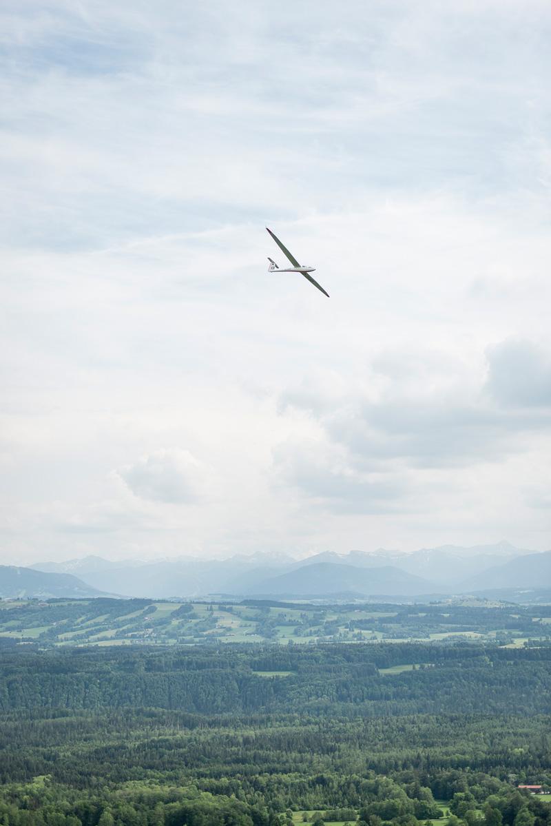 Segelflieger vor Alpenpanorama