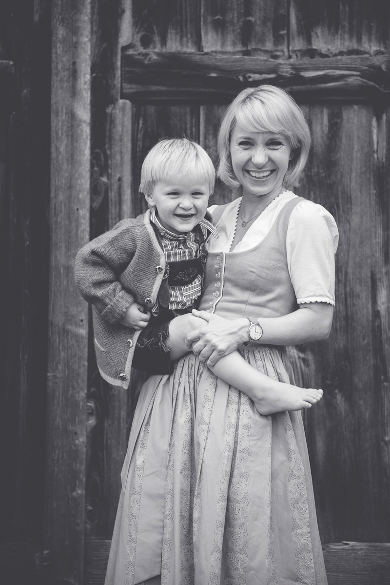 Mama trägt Sohn und lacht.