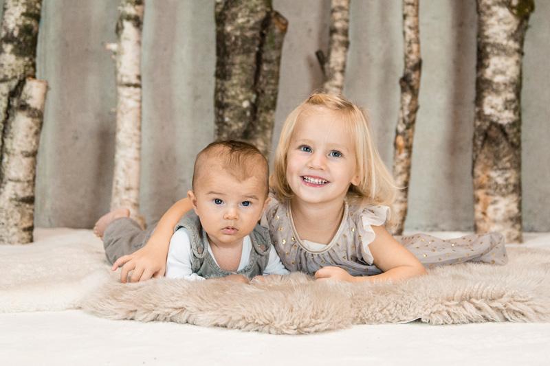 Schwester und ihr Bruder in Fotostudio