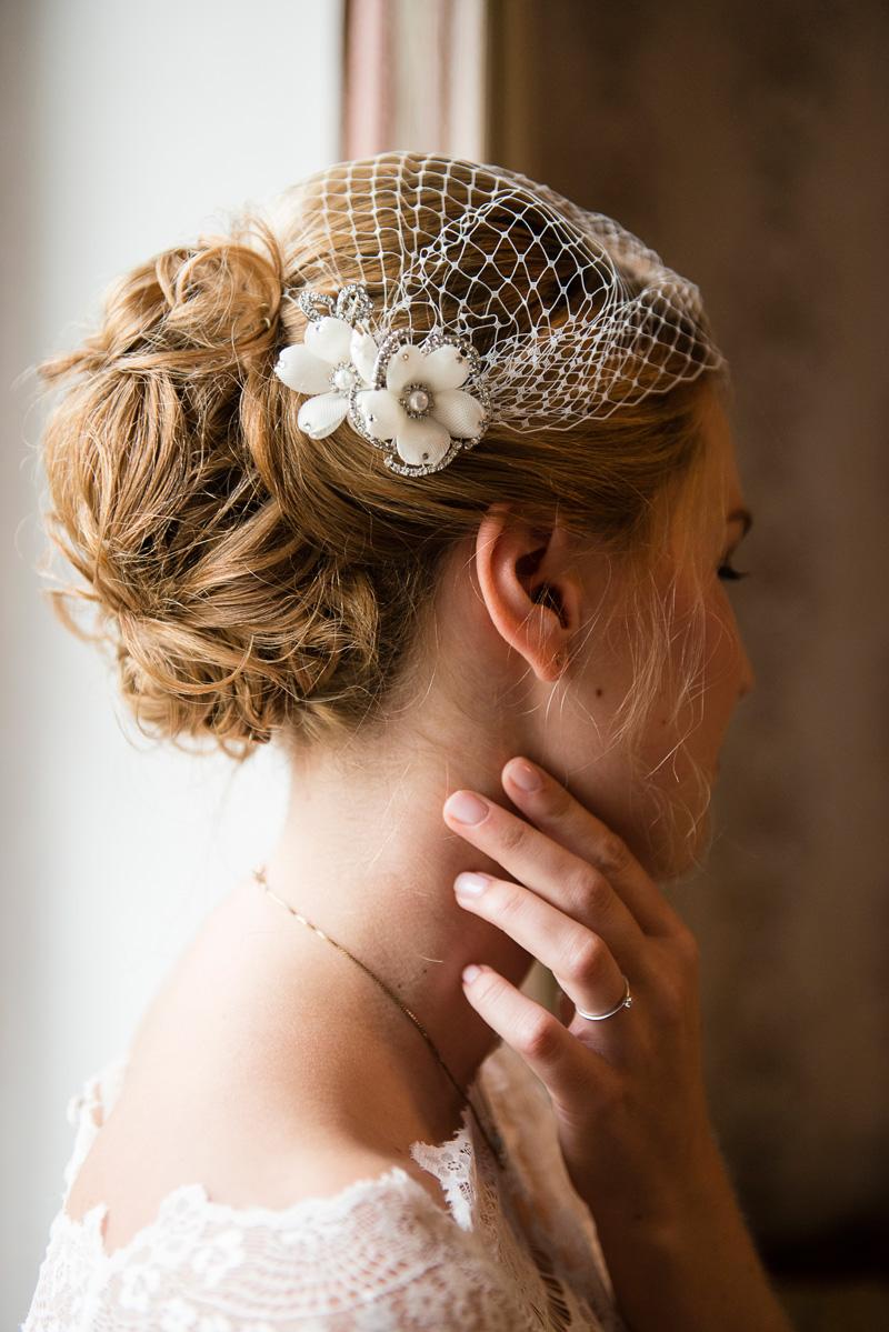 Nahaufnahme einer Braut beim Getting ready-Shooting.