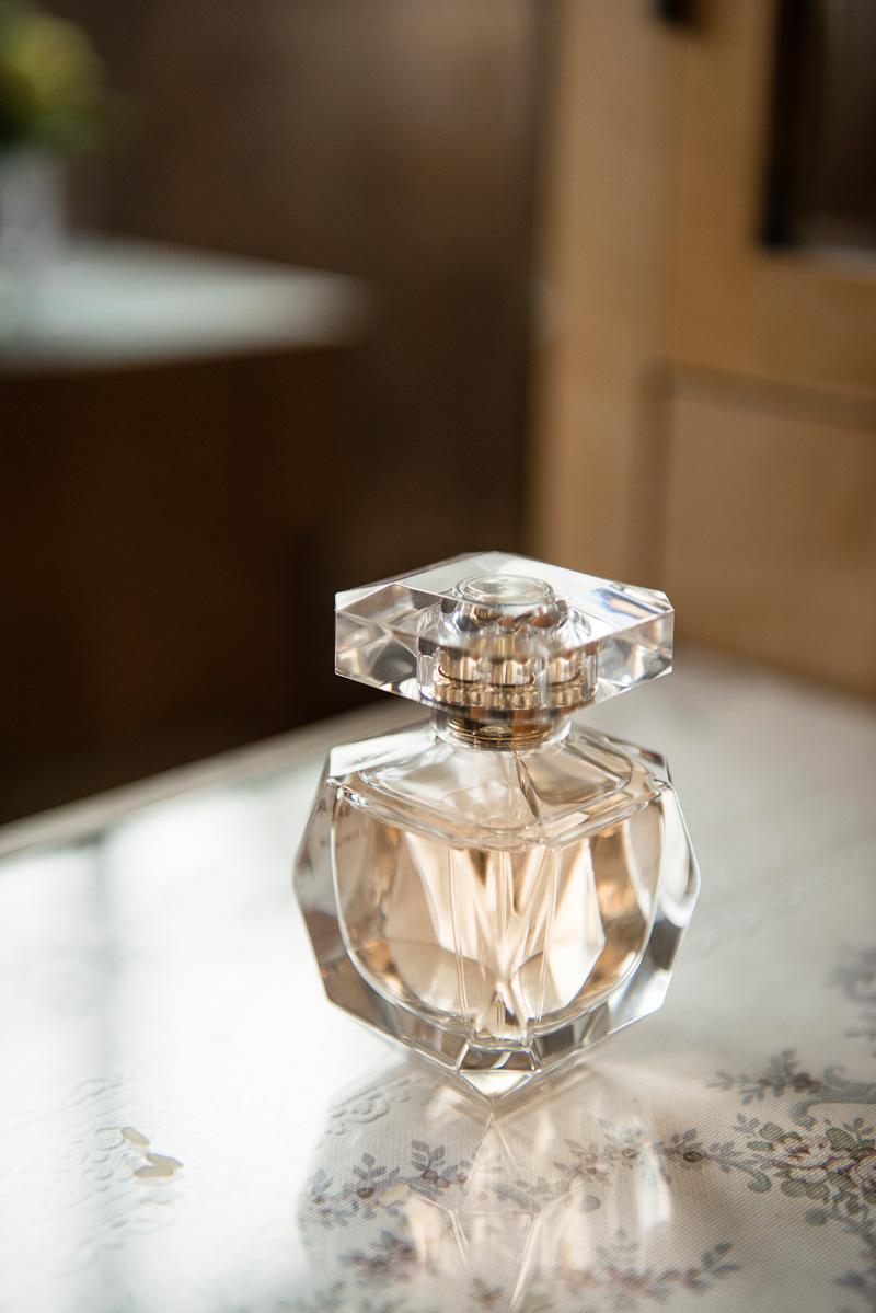 Parfümfläschchen auf einem Glastisch.