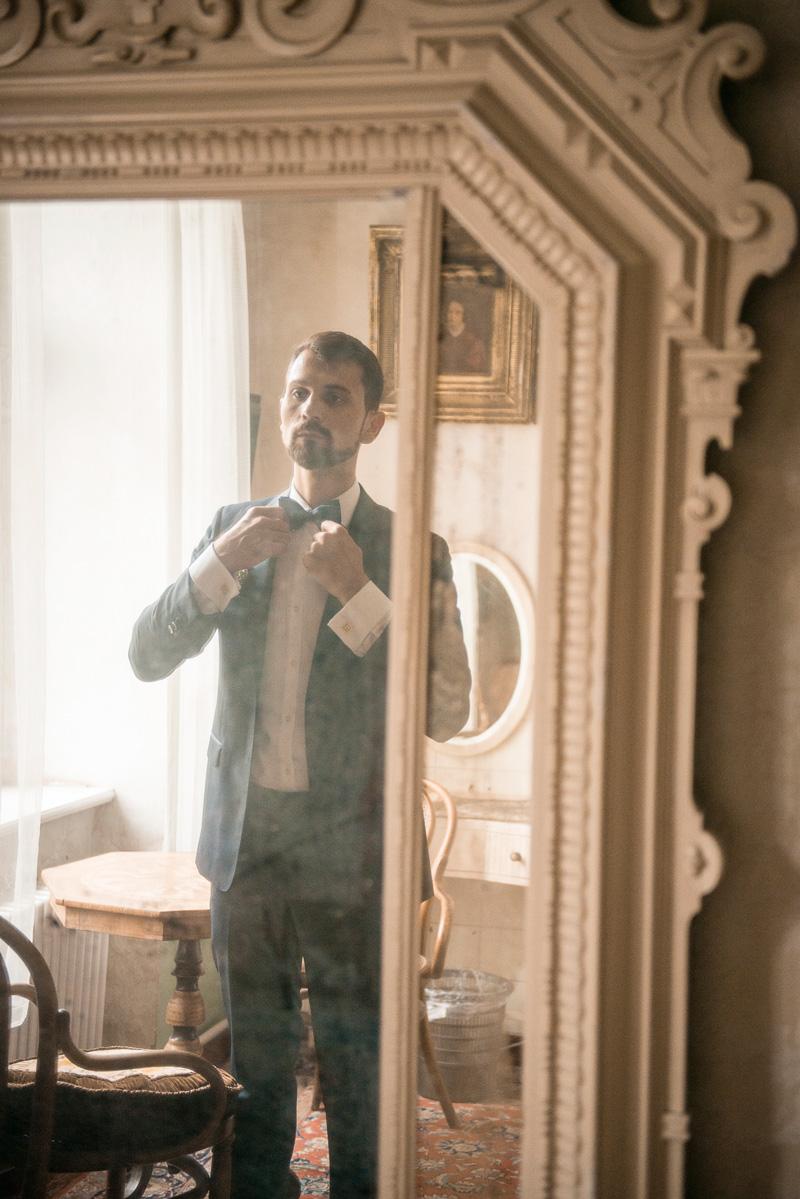 Ein letzter Blick in den Spiegel - Getting ready