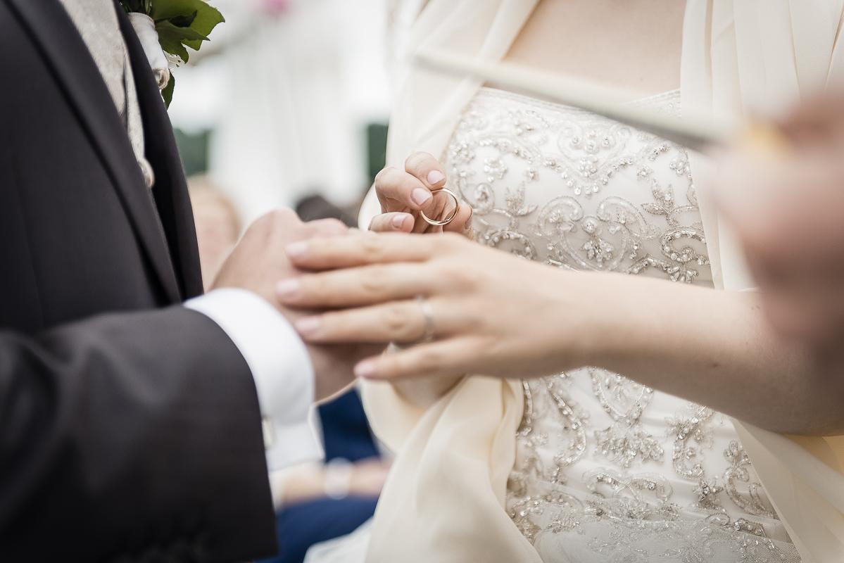 Brautpaar tauscht die Ringe während der Trauung.