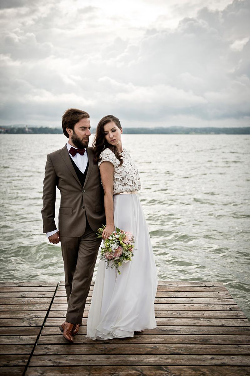 Brautpaar auf Steg bei Gewitterstimmung.