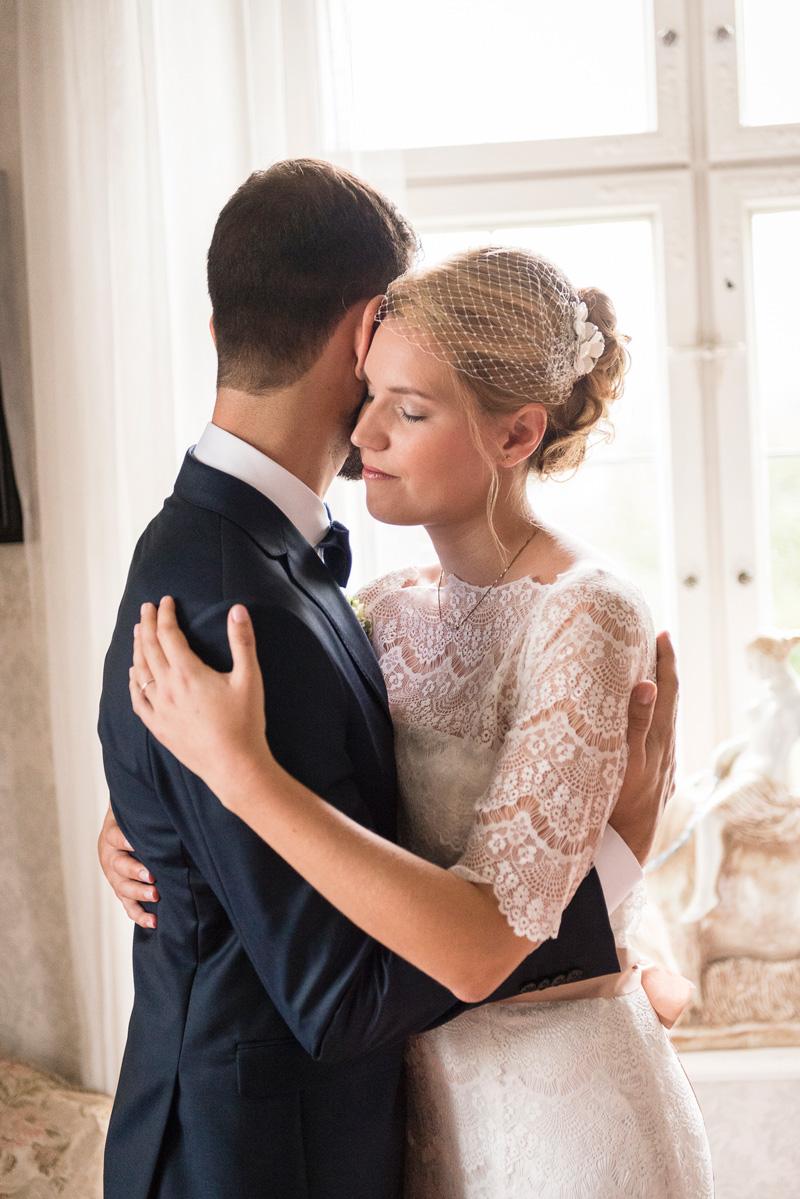 Junges Brautpaar hält sich in den Armen.