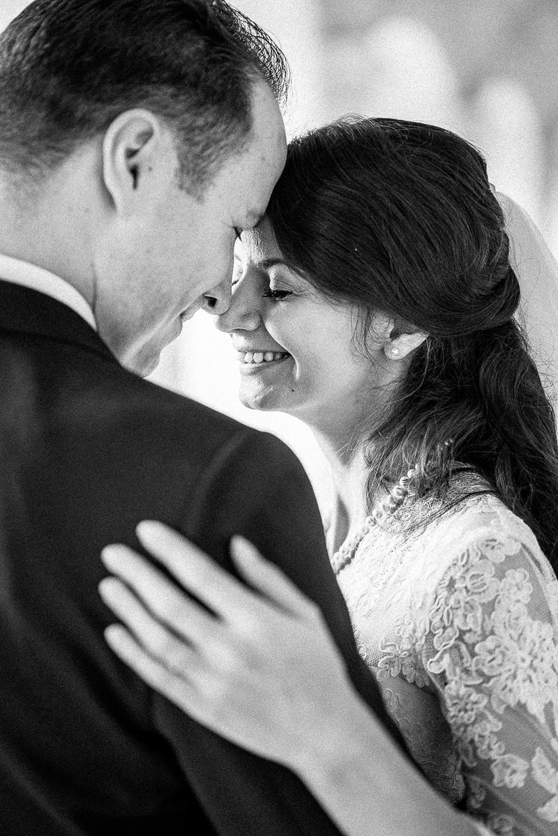 Junges Brautpaar lacht gemeinsam.