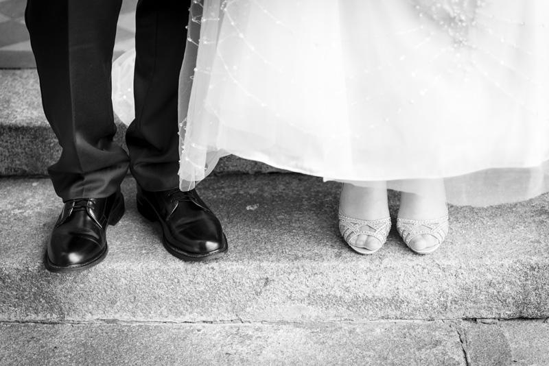 Blick auf die Schuhe eines Brautpaares.