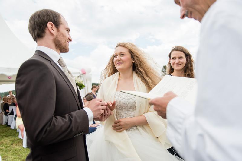 Brautpaar wechselt die Ringe