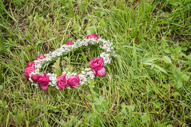 Blumenkranz im Gras
