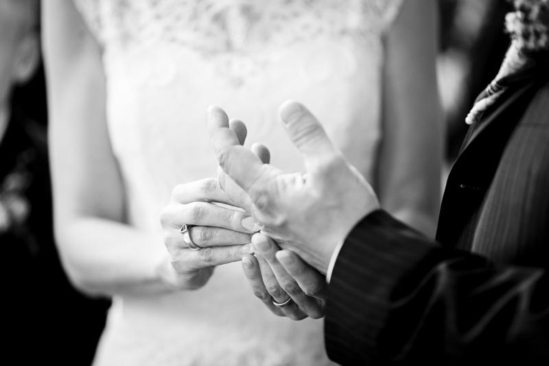 Nahaufnahme von Brautpaar beim Ringwechsel