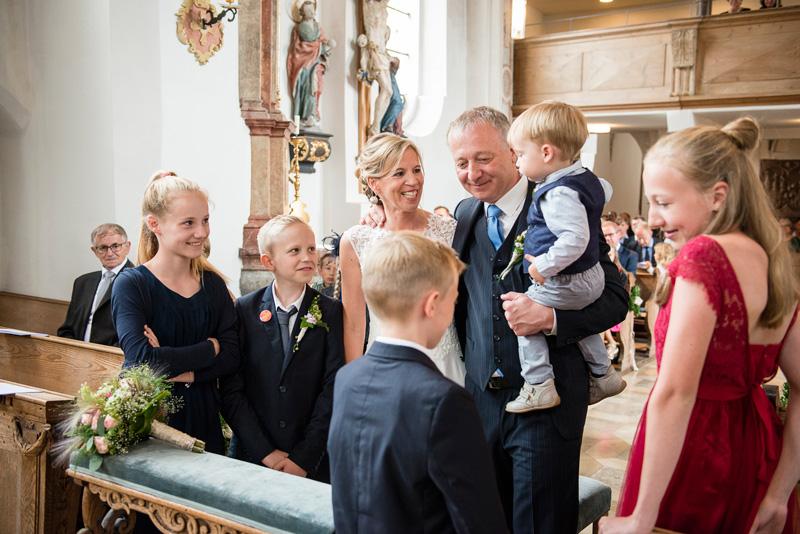 Fünf Kinder umringen das Brautpaar bei kirchlicher Trauung