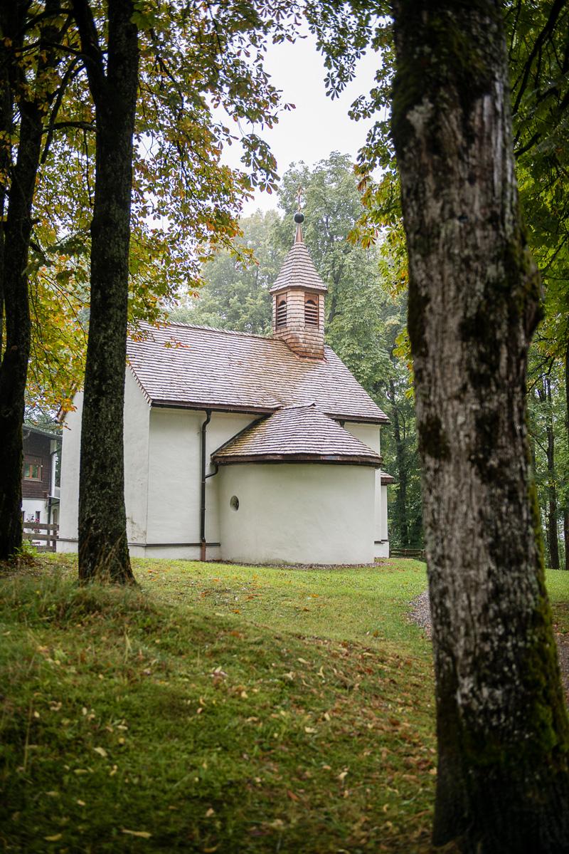 Kleine Kapelle steht mitten im Wald