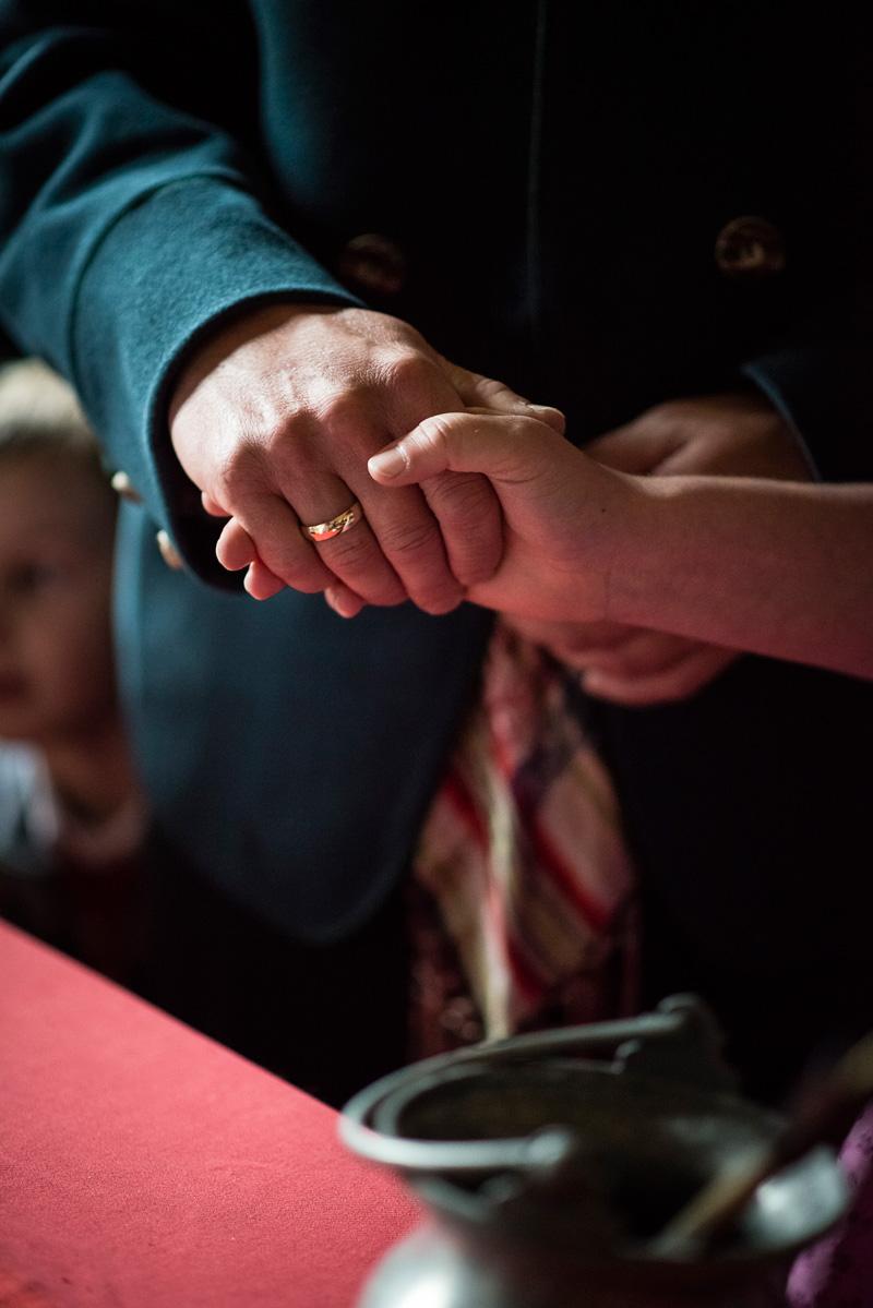 Hände mit Ringen eines Brautpaares bei der Vermählung.
