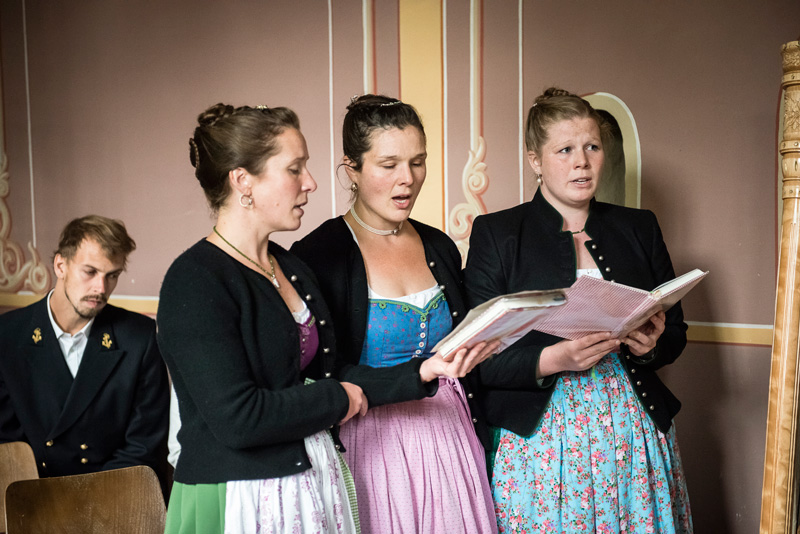 Schwestern der Braut singen dreistimmig für die Braut