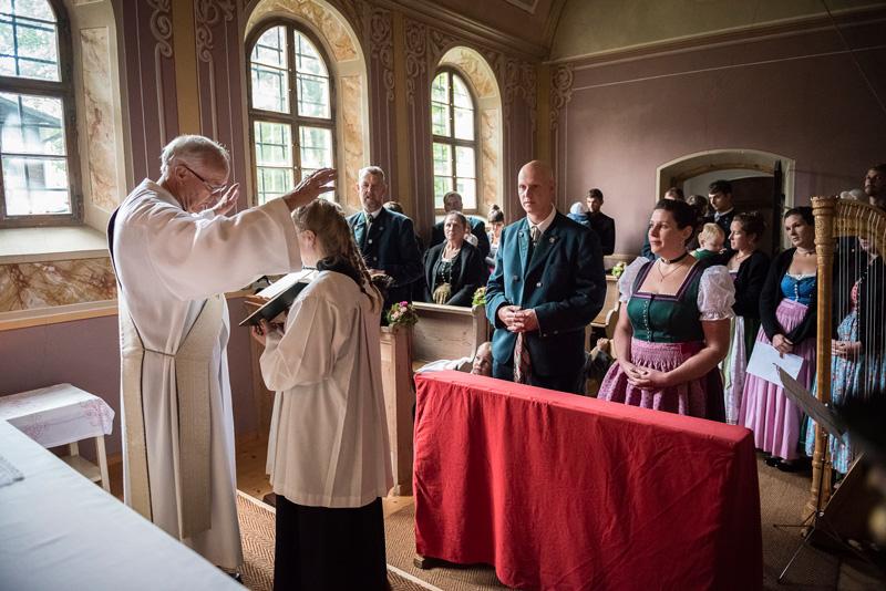 Brautpaar in Tracht erhält den Segen Gottes