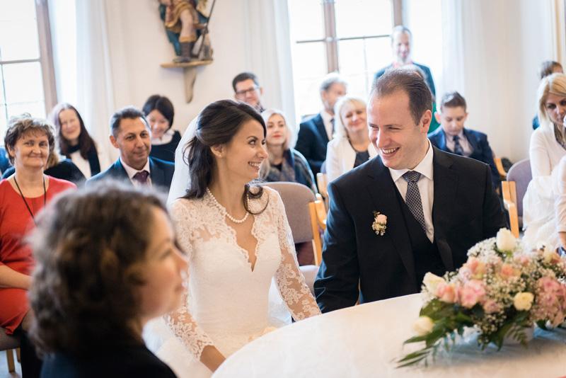 Brautpaar sieht sich lächelnd an