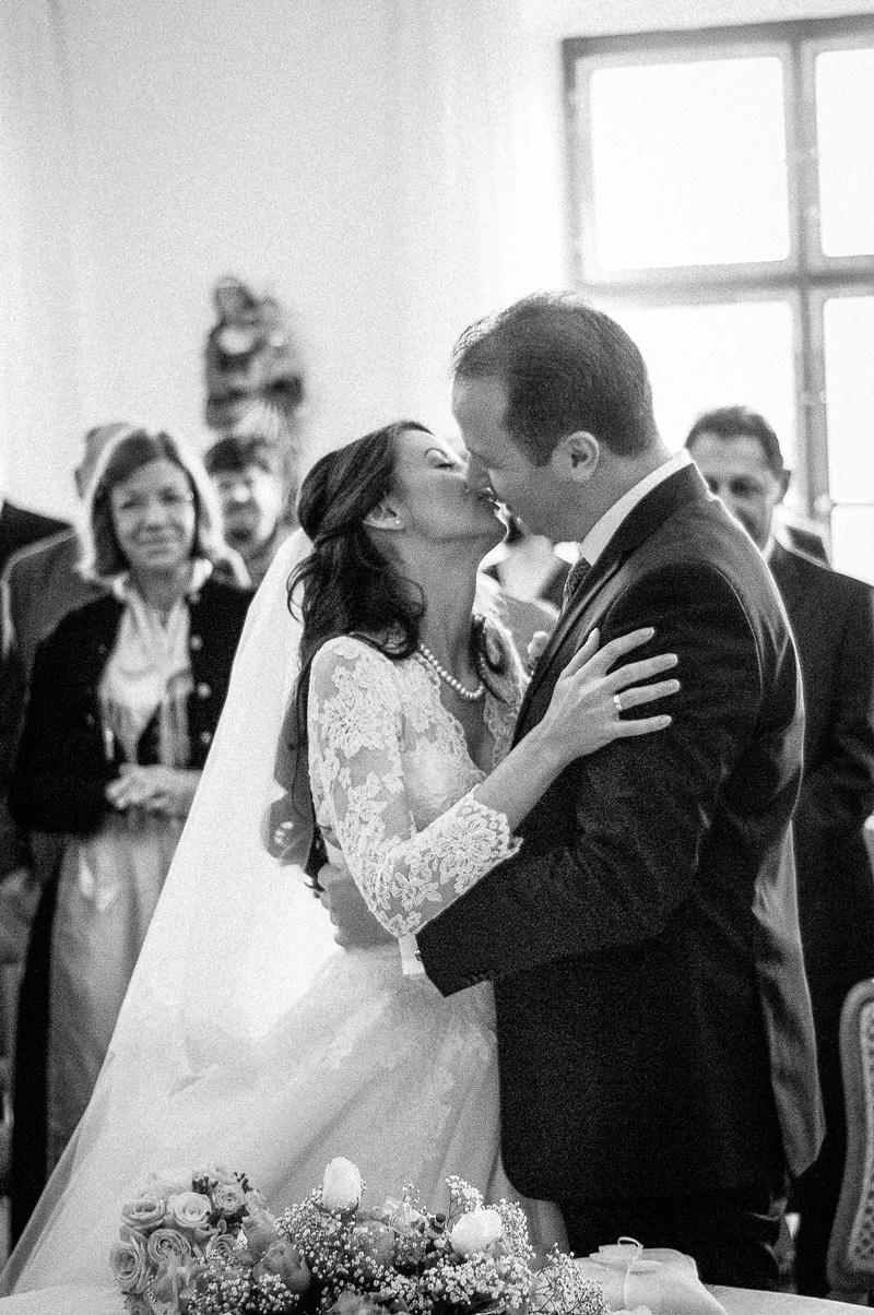 Brautpaar küsst sich im Standesamt