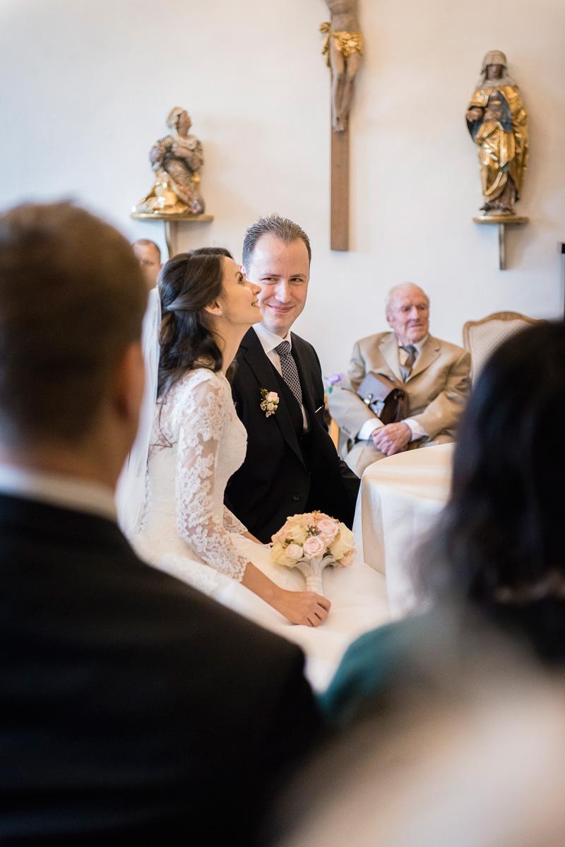 Bräutigam sieht verliebt seine Braut an