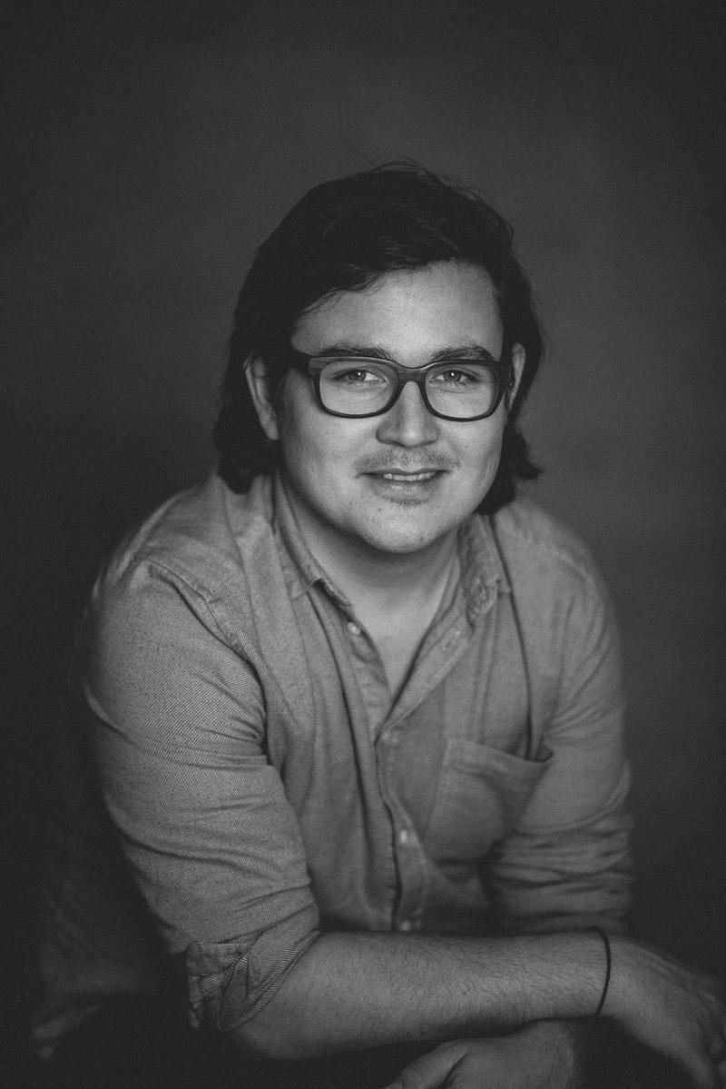 Schwarz-Weiß-Portrait eines jungen Mannes mit Brille
