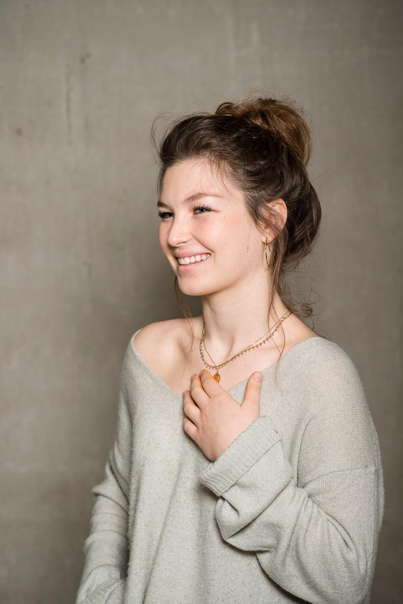 Junge lachende Frau mit nackter Schulter