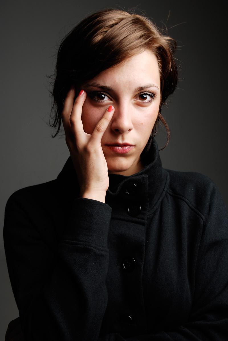Junge Frau mit Hand am Gesicht