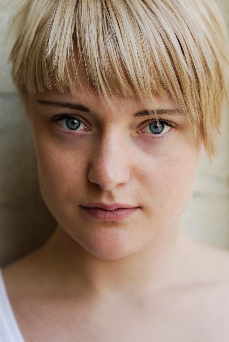 Junge Frau mit modernem Haarschnitt