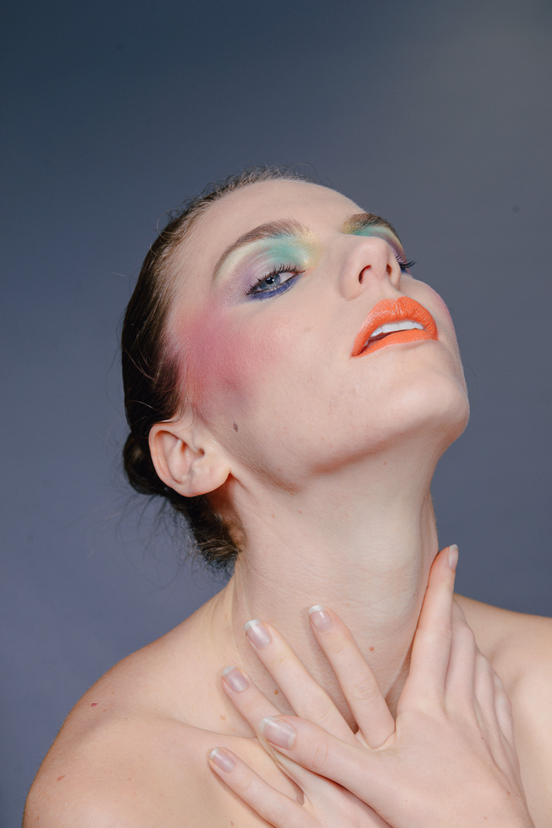 Beauty-Model mit knalligem Make-up