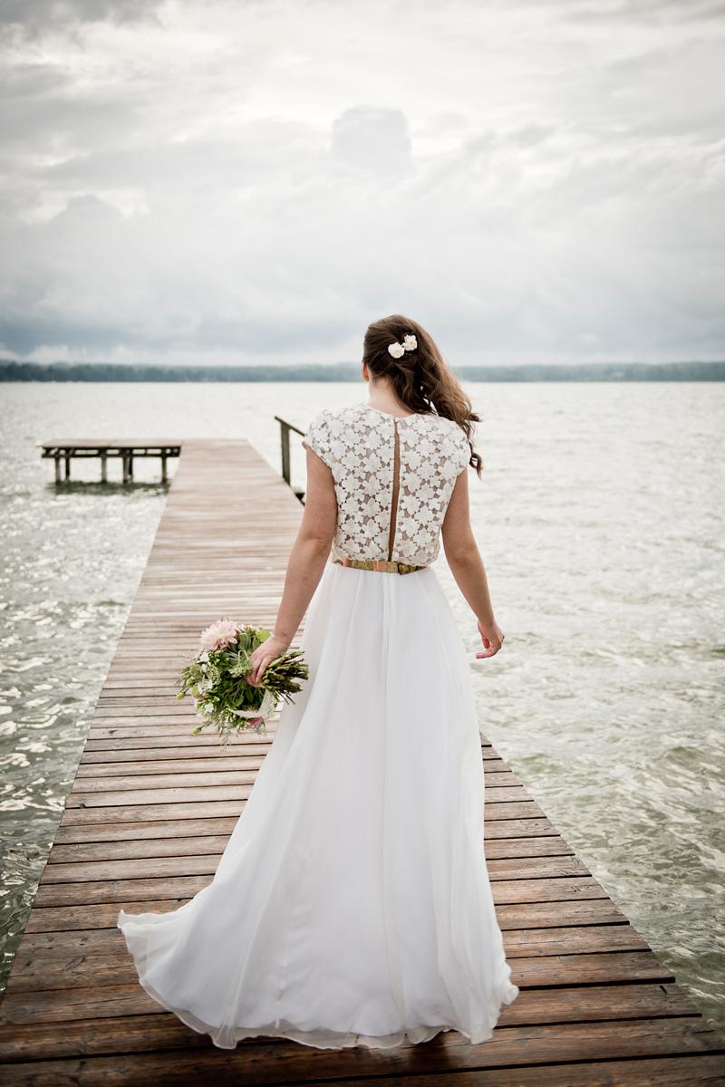 Braut auf Holzsteg im Starnberger See