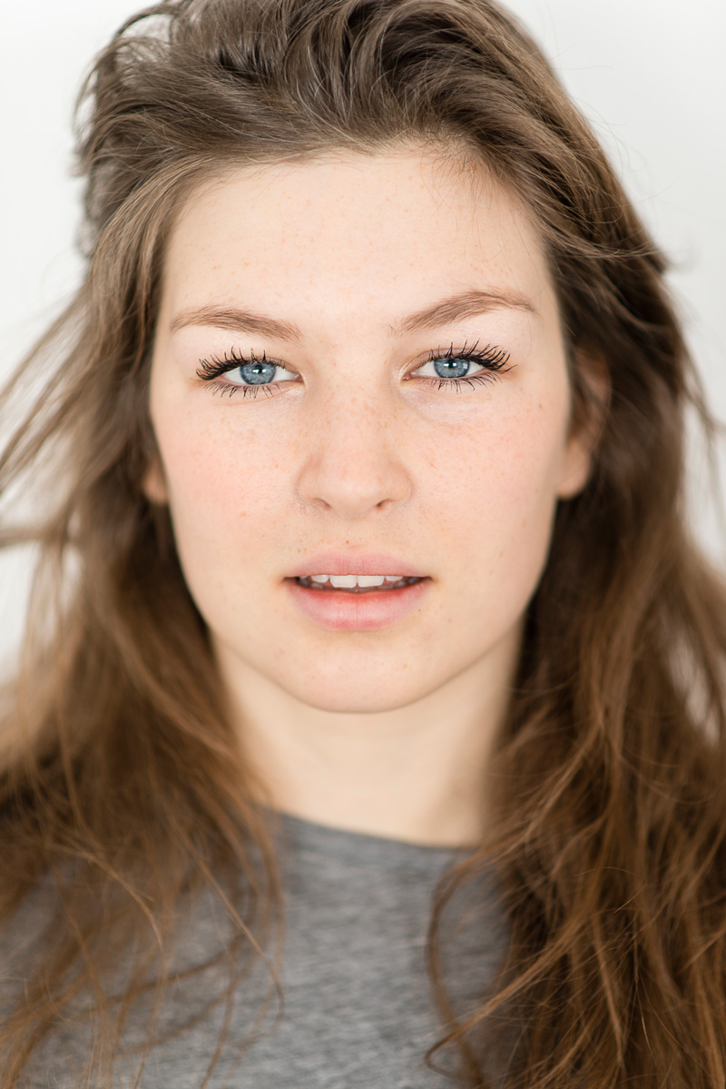 Portrait einer jungen Frau mit blauen Augen