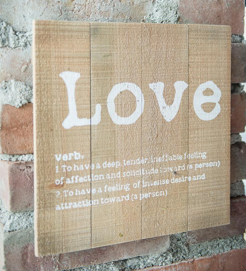 Eine Tafel mit einer englischsprachigen Erklärung des Wortes Love.
